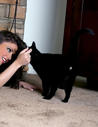 Jessica Jaymes plays with her sexy pussy